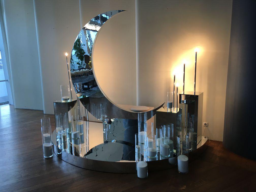 Фотозона с зеркальным полумесяцем